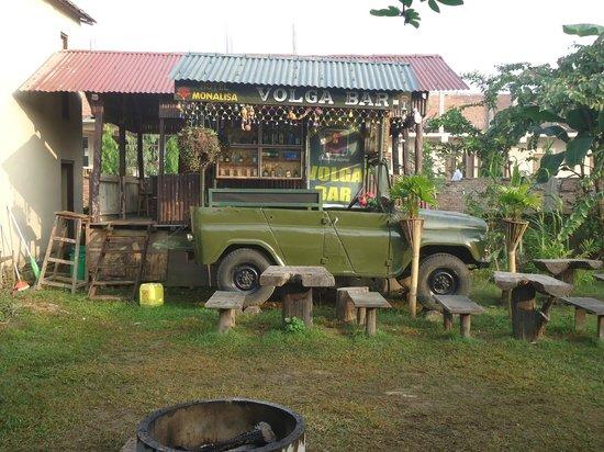 Hotel Monalisa Chitwan: hotel garden and bar