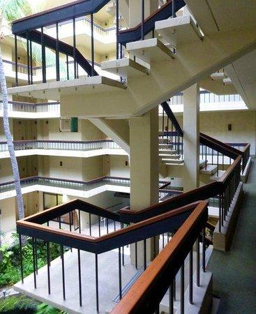 Royal Kona Resort : Stairwell in the internal courtyard