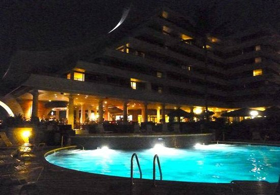 Royal Kona Resort : Night view of the pool and restaurant area.