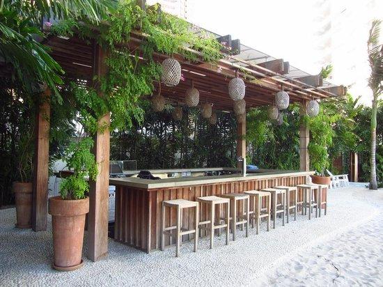 The Modern Honolulu : bar piscine 2e étage