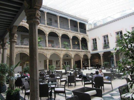 Palacio de los Velada: Атриум, куда выходят крытые галереи отеля