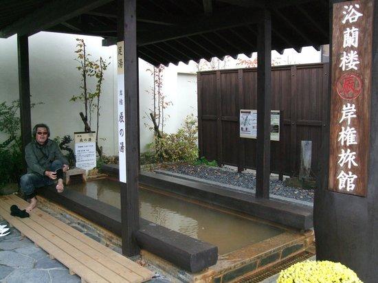 Ikaho Stone Step Street : 石段の途中にある無料の足湯所。岸権旅館の所有ですが、ご厚意で日中に解放されています