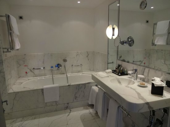 Le Richemond, Geneva Dorchester Collection : salle de bain
