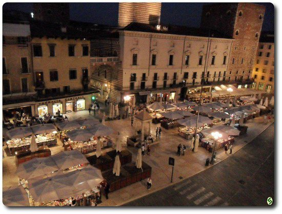 Bed & Breakfast Piazza Erbe: Piazza Erbe vista dalla finestra del B&B