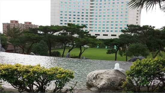 Parkview Hotel: View of hotel from the waterfall area