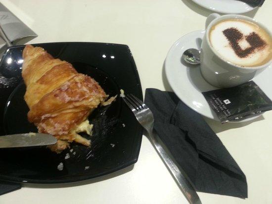 La Pastisseria Barcelona: Cornetto crema catalana + cappuccino