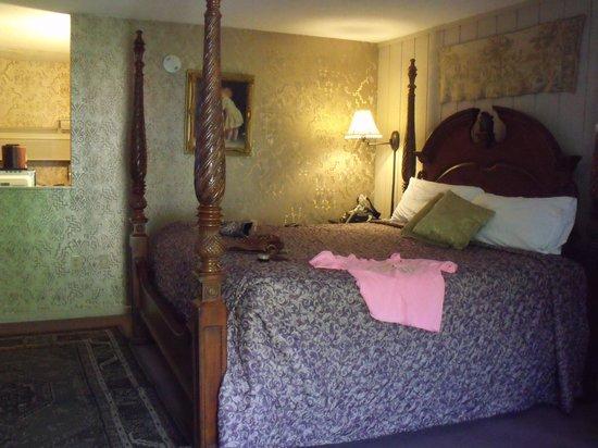 Quality Inn & Suites Gatlinburg: big comfy bed..