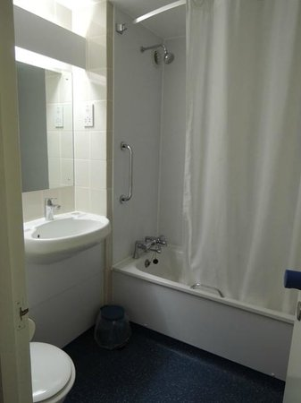 Travelodge Burford Cotswolds: bathroom is clean and spacious