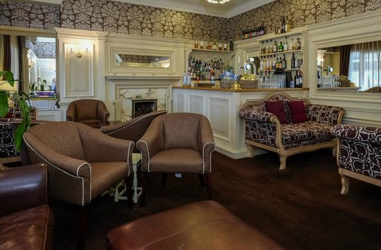 The Ryebeck: Our well stocked bar at Fayrer Garden