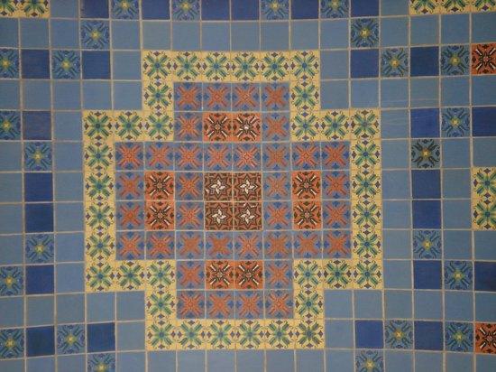 Wrigley Memorial & Botanic Garden: colorfull tiles at the Wrigley Memorial