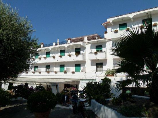 Hotel Marad: La façade de l'hôtel du coté de notre chambre