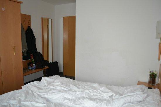 Hotel Bonn City: Entrance door and a coatrack