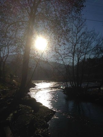 Dillsboro Inn: Morning sun on the river