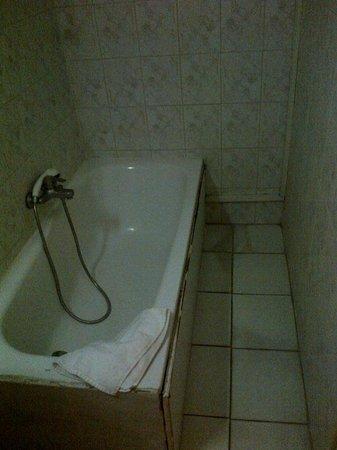 Atlantis Hotel: baignoire