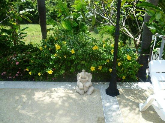Lanta Manda Resort: Nearby pool at top of the hill