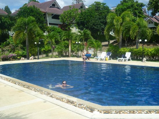 Lanta Manda Resort: Pool at top of hill