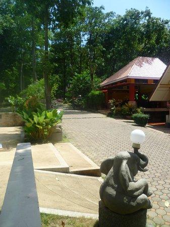 Lanta Manda Resort: Driveway/entrance