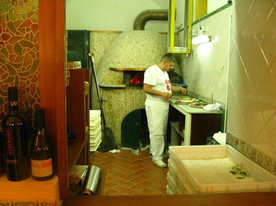 Spaccanapoli : Натуральные печь и пиццерийщик,создатели показанной пиццы