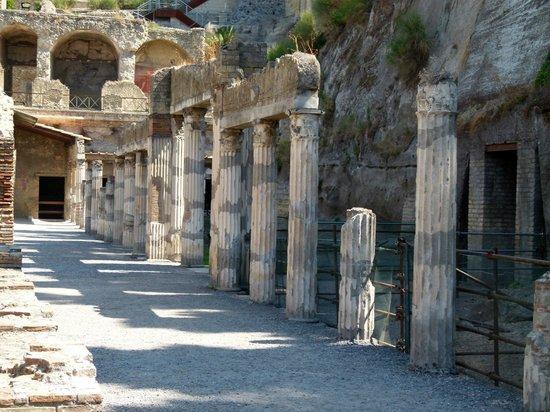 Ercolano, Italy: Une rue avec colonnes