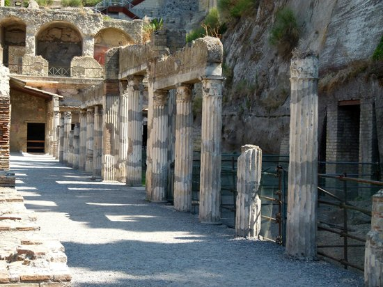 Ercolano, Italie : Une rue avec colonnes