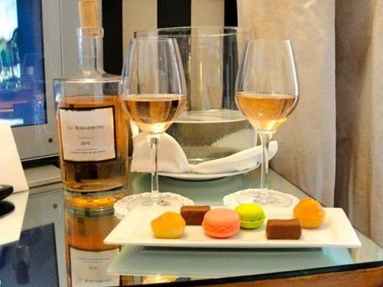 Hotel Belles Rives : Our complimentary welcome rose and macaroons in the room