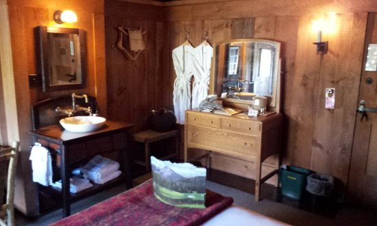 Old Faithful Inn: Shared bath bedroom.