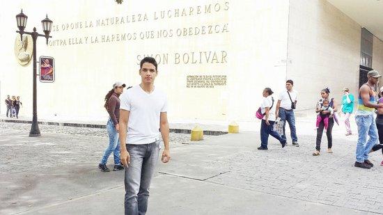 Museo Bolivariano : De frente para o museo onde há uma bonita frase que Simon bolivar sizia