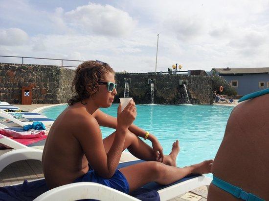 VOI Vila do Farol: Softar vid poolen!!