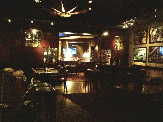 Daniel's Broiler : Bar seating area