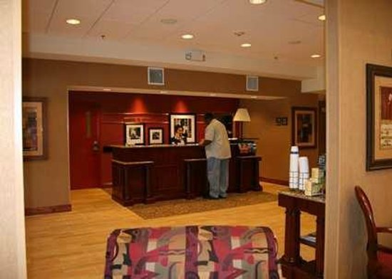 Hampton Inn & Suites Ocala - Belleview: Front Desk