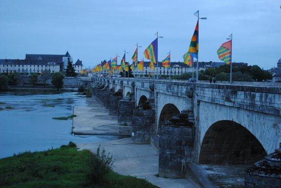 Hotel Castel Fleuri: Pont Wilson Bridge