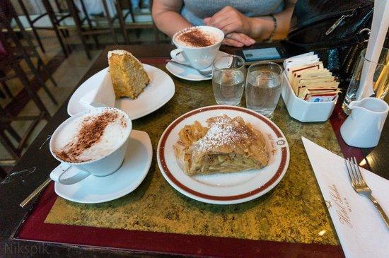 Hotel Alpha: Пирожное и кофе в кафе