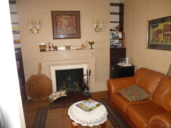 Montrose Inn & Tea Room: sitting area