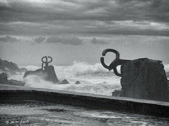 vista de dos de las tres esculturas - picture of peine del viento