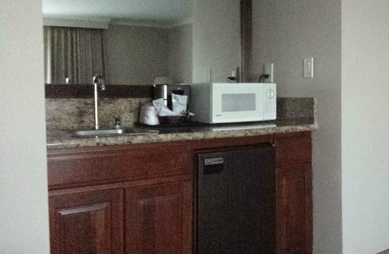 Coast Anabelle Hotel: Kitchenette in room. Fridge, coffee, sink, microwave