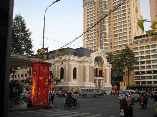 Caravelle Saigon: La poste au pied de l'hotel en arriere plan