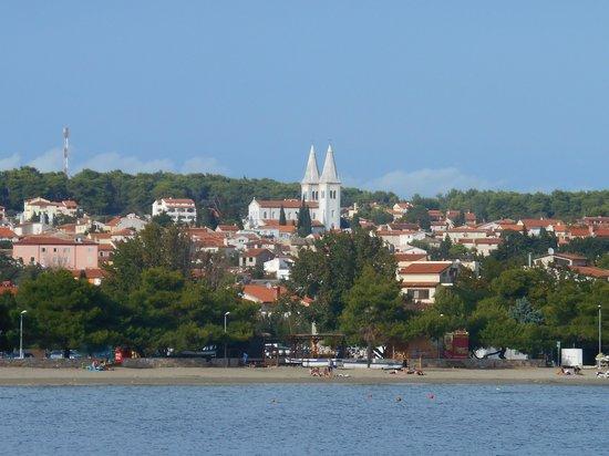 Holiday Hotel: Вид на городок и отель с острова в заповеднике