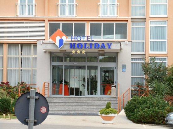Holiday Hotel: Вход в отель с двух сторон оборудован пандусами