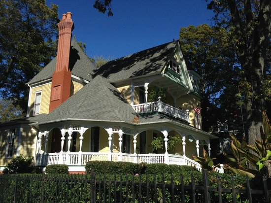 Sugar Magnolia Bed & Breakfast : The Inn from the street