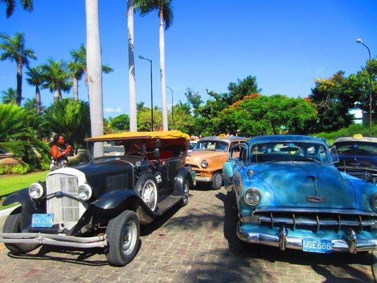 Melia Santiago de Cuba: А это перед входом в отель. Такси