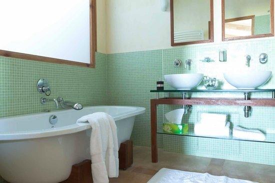 Chateau la Roque: salle de bains suite le chemin de ronde