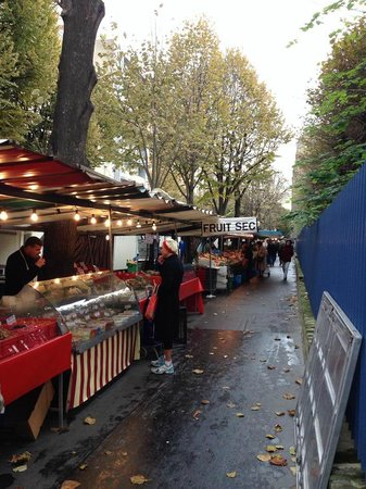 La Villa Paris: Market just over the park.