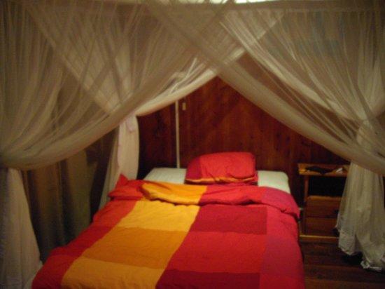 Q-Bar & Guest House : Chambre lit nuit
