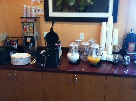Mariposa Inn and Suites: Breakfast area