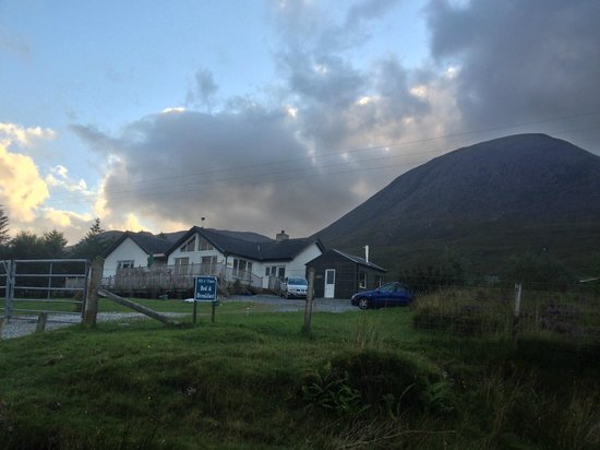 Allt a Choire Bed & Breakfast: view of the BnB and mountain behind it