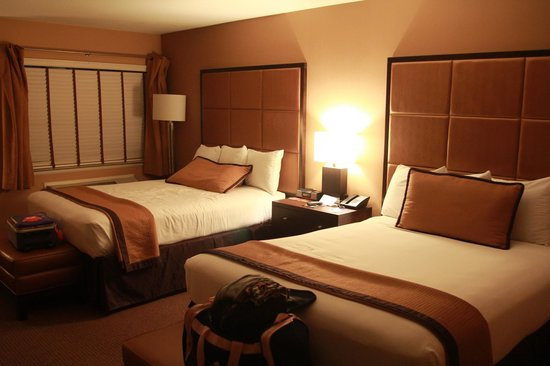 Mariposa Inn and Suites: Room 218 queen beds