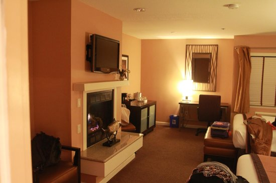 Mariposa Inn and Suites: Room 218 living area