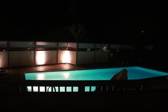 Mariposa Inn and Suites: Pool area at night