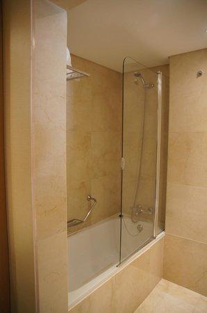 Hotel Eva: Bathroom with bath/shower, toilet and bidet