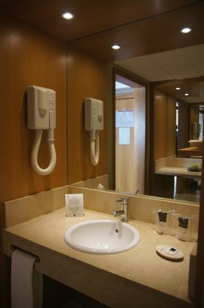 Hotel Eva: Bathroom area where the sink and make-up area is seaparate